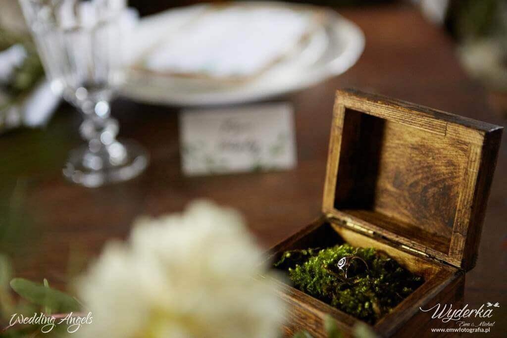 pudełko z obrączkami - stół_3