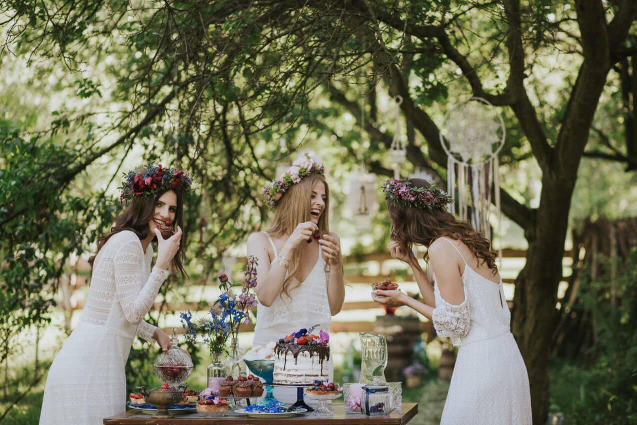 panny młode przy rustykalnym słodkim stole
