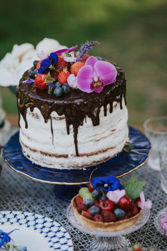 naked cake z żywymi kwiatami