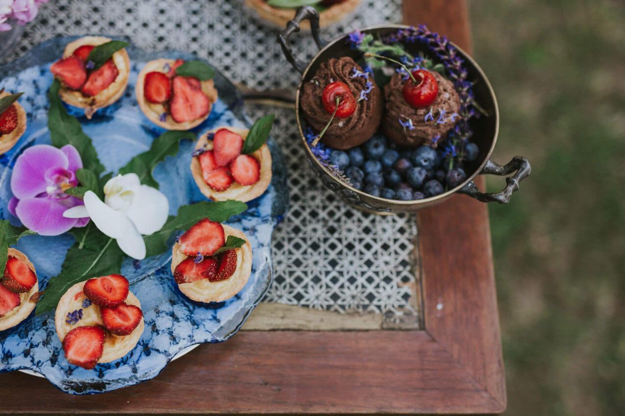 rustykalny słodki stół w plenerze