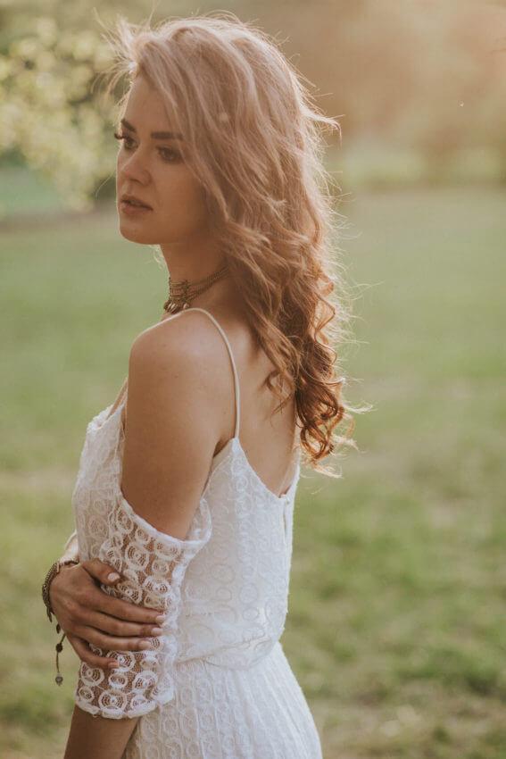 panna młoda w sukni ślubnej w stylu boho 5