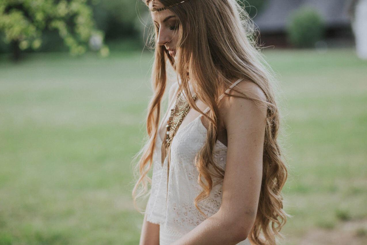 panna młoda w sukni ślubnej w stylu boho 2