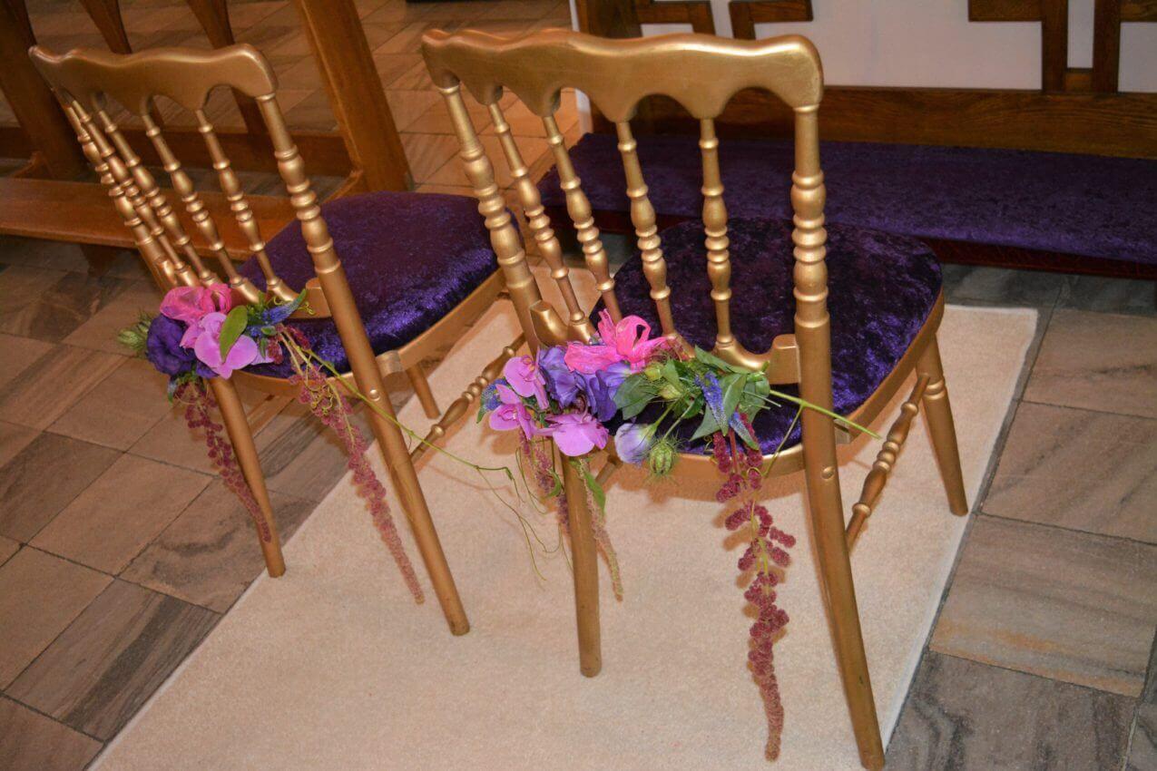 krzesła w kościele fioltowe, biały dywan