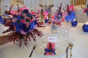 dekoracja stołu w kolorze granatu i różu