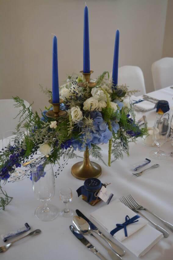 świecznik na stole weselnym