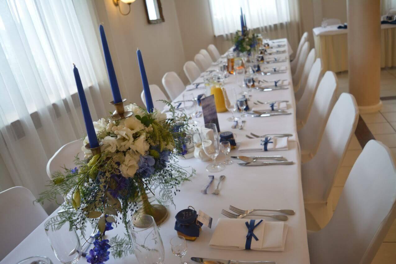 udekorowany stół weselny na niebiesko