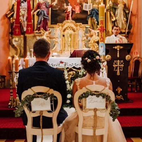 dekoracja krzeseł wkościele mąż iżona