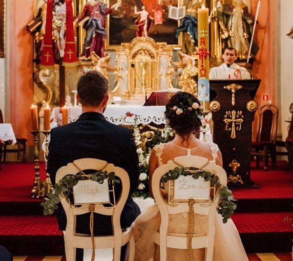 dekoracja krzeseł w kościele mąż i żona
