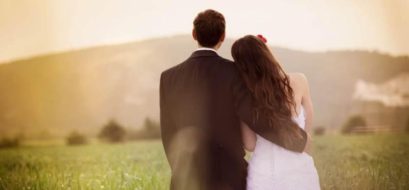 Para Młoda patrząca na góry