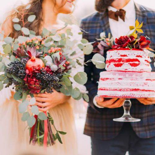 bukiet ślubny zeukaliptusem tort weselny udekorowany kwiatami
