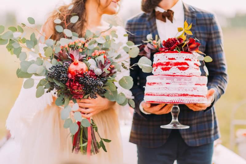 bukiet ślubny z eukaliptusem tort weselny udekorowany kwiatami