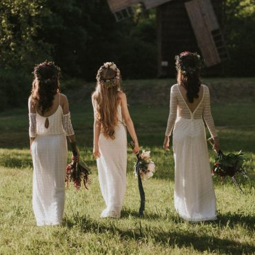 Panny Młoe idące tyłem zbukietami