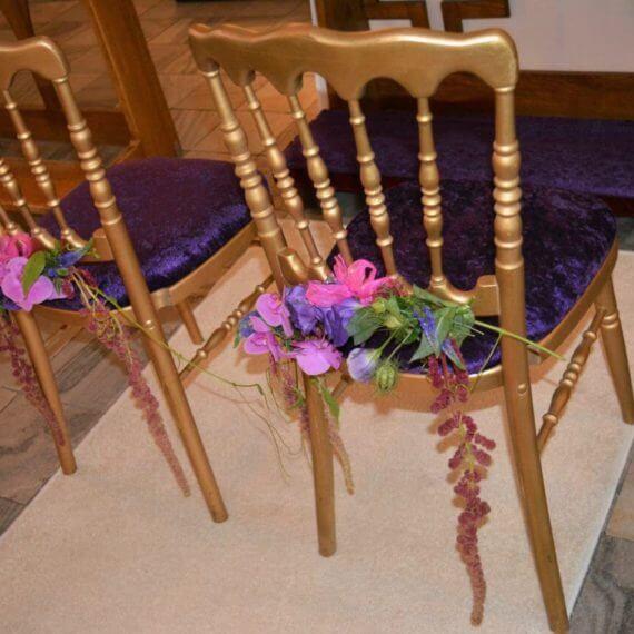 złote krzesła w kościele