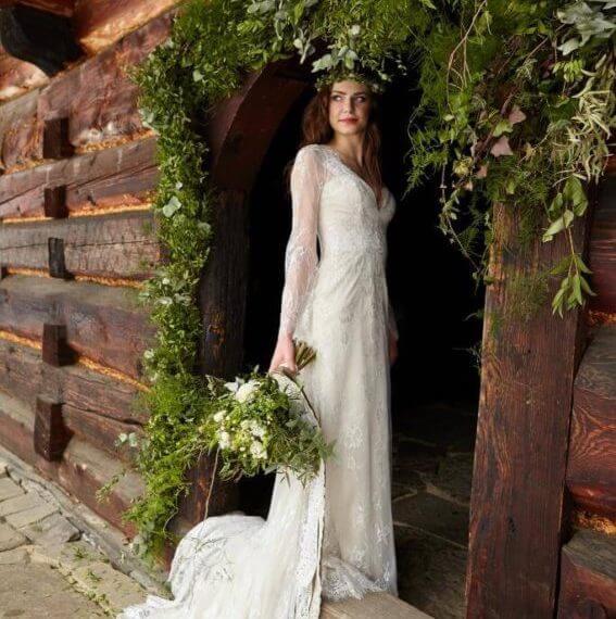 Panna Młodu w progu drewnianego domu