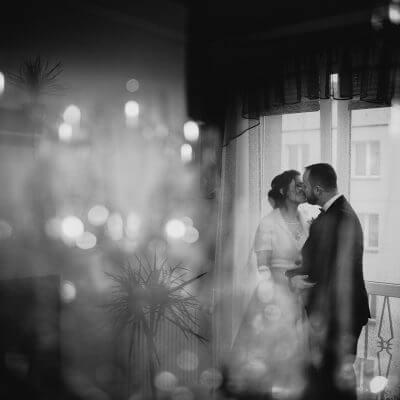 pocałunek przy oknie