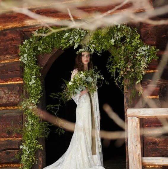 zielona gitlanda na drziach domu w skansenie posrodku stoi Panna Młoda