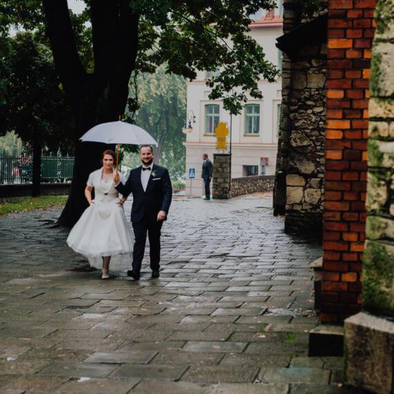 Para Młoda pod parasolem