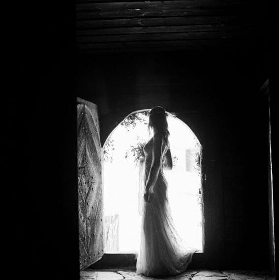 Panna Młoda w drzwiach domu w skansenie
