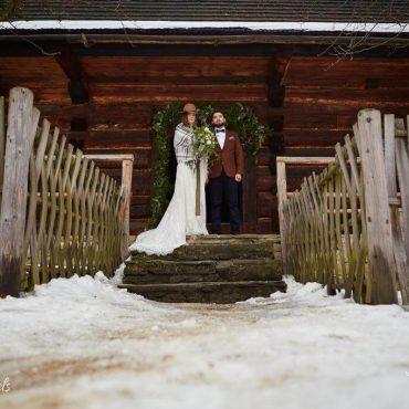 Para Młoda w zimowej scenerii