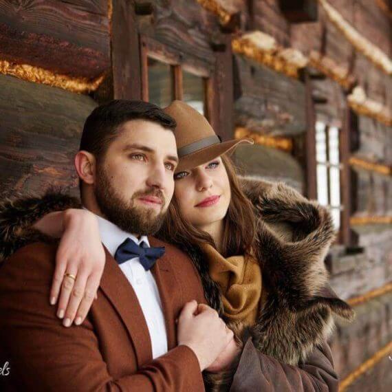Panna Młoda w brązowym kapeluszu i kożuchu