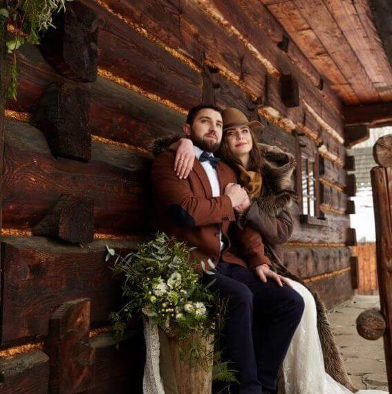 Para Młoda przed chatą z bali