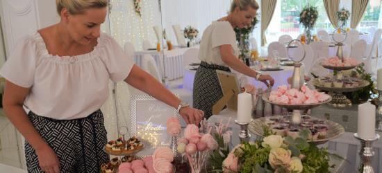 konsultant slubny aranżuje słodki stół