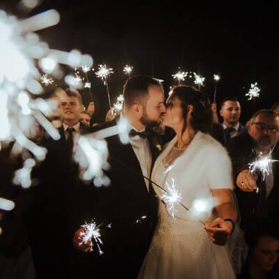 pocałunek Młodej Pary natle zimnych ogni