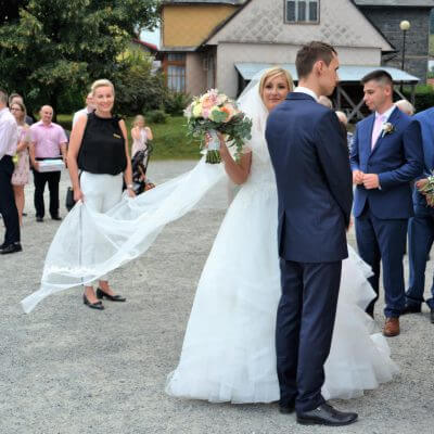 konsultant ślubny trzymający welon katedralny