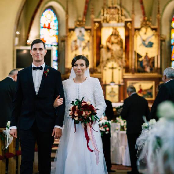 wyjście pary z kościoła