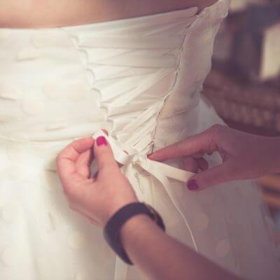 sznurowanie sukni ślubnej
