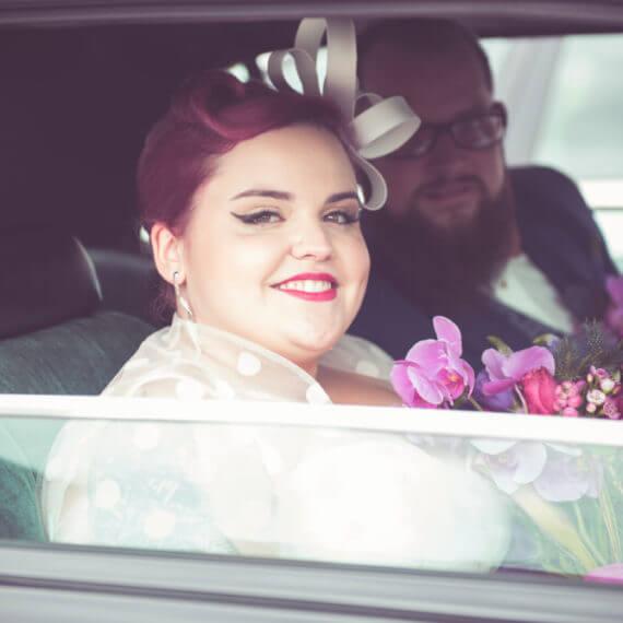 Panna Młoda w stylu pin-up w samochodzie