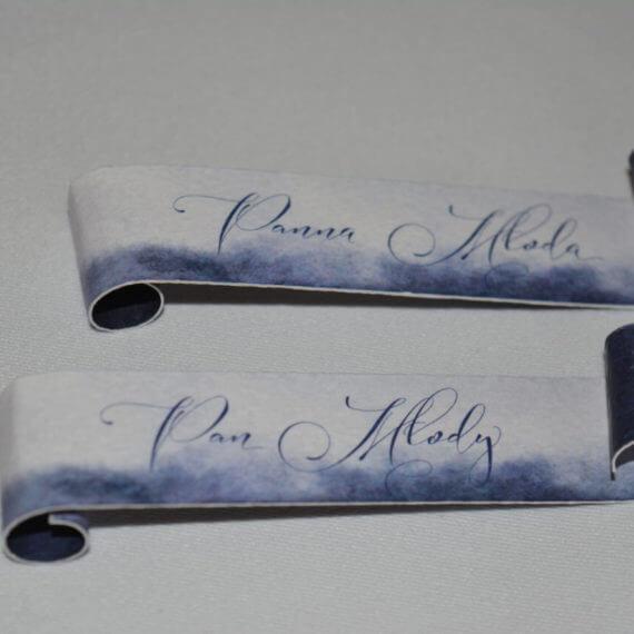kaligrafia na winietkach w kolorze biał niebieskim