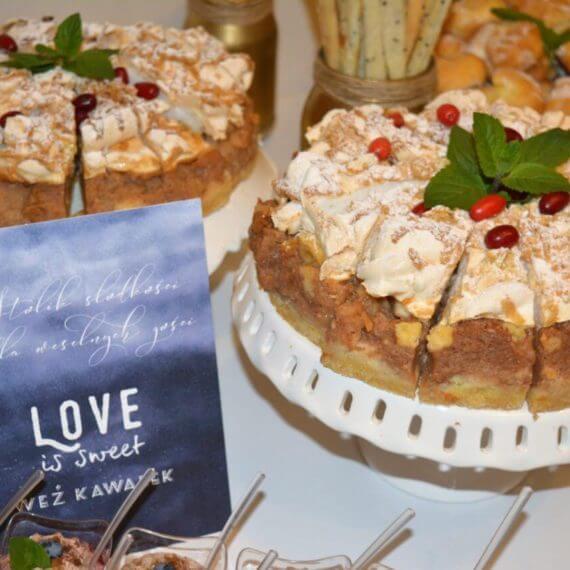 napis na słodkim stole love is sweet weź kawałek