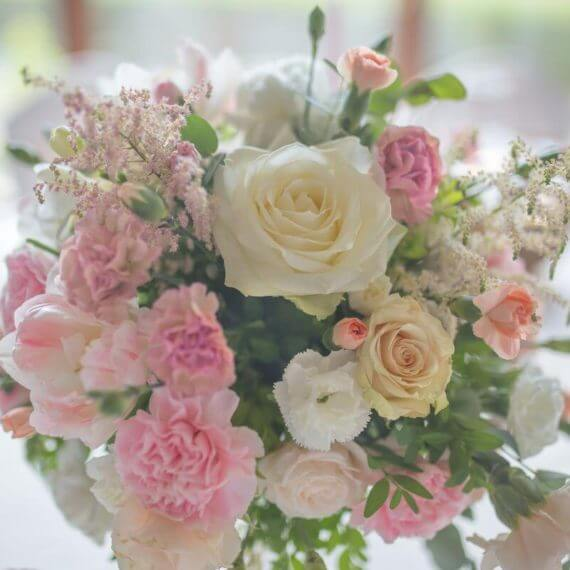 bukiet z róż, eustomy i goździków