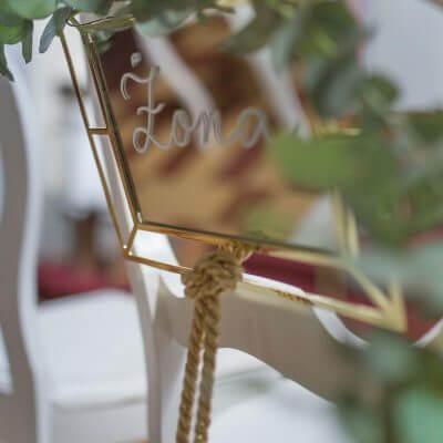napis żona nalustrze dekoracja krzeseł