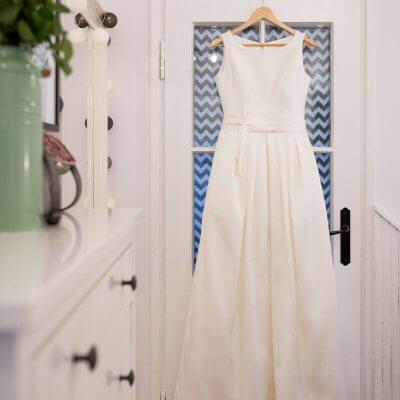 suknia slubna wisząca na drzwiach