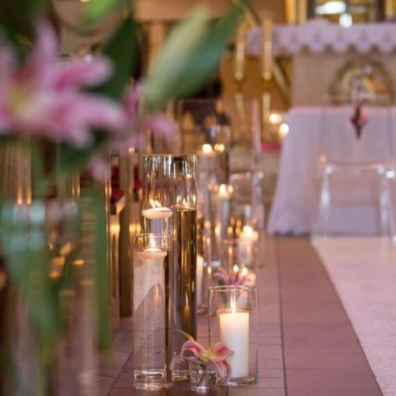 dekoracja kościoła lilie w szklanych tubach