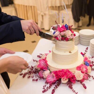 tort zżywymi kwiatami