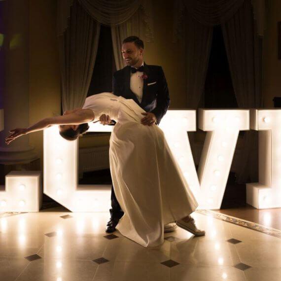 pierwszy taniec przy napisie LOVE