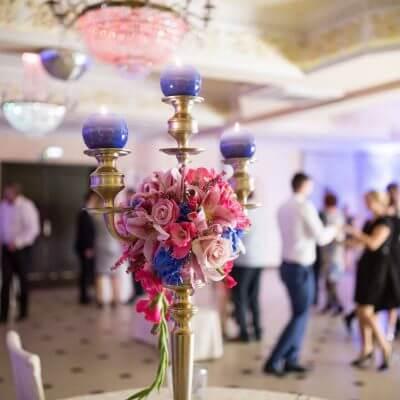 dekoracja stoły na wyskoim kalndelabrze róż i błękit