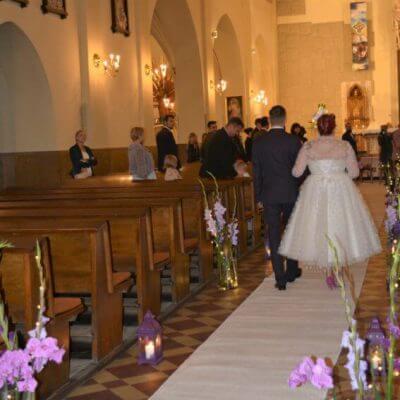 wejście Pary do kościoła po białym dywanie