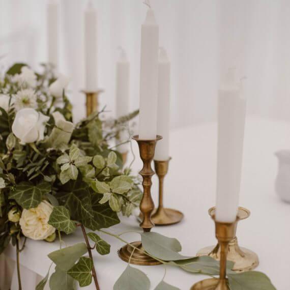 złote świeczniki na stole Pary Młodej