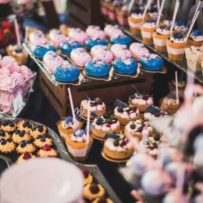 różowo niebieski słodki stół