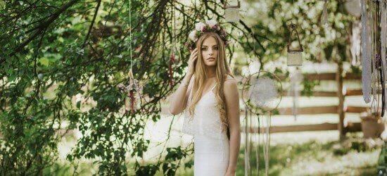 ślub boho Panna Młoda pod drzewem na tle łapaczy snów