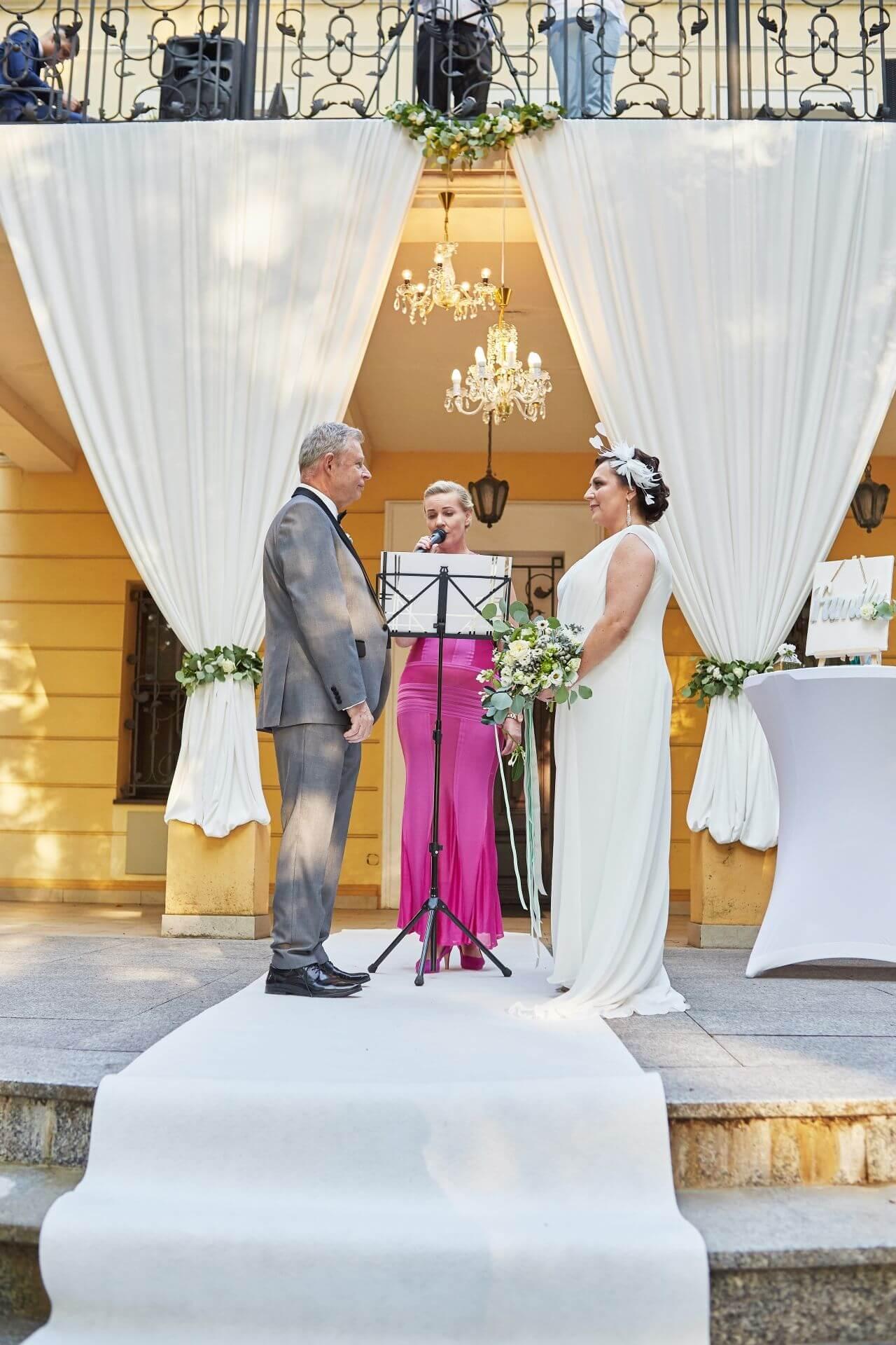 celebrans udzielający ślubu