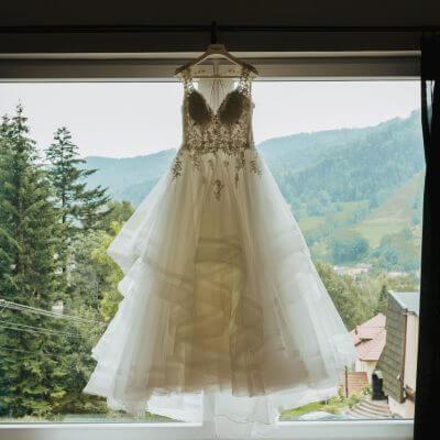 suknia ślubna wisząca naoknie wtle panorama gór