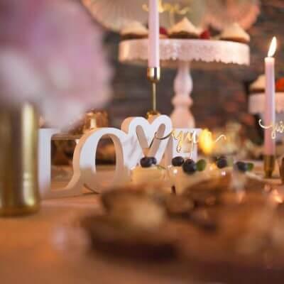 słodki stół napis love iróżowe świece