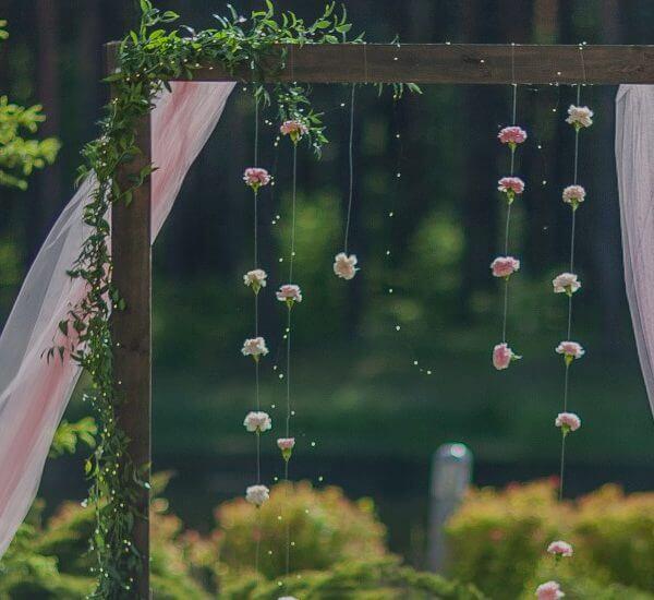 ślub w plenerze goździki na żyłkach i różowy tiul