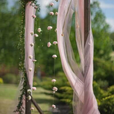 dekoracja ślubu wplenerze różowy tiul