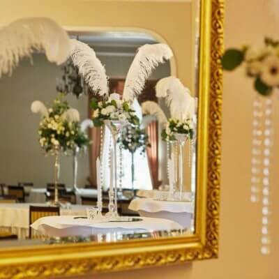 ślubne dekoracje zpiór ibiałych kwiatów